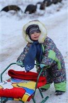 На заснеженной полянке Я, Зима И санки.