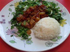 Свинина с ананасами, рис и зелень