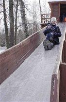 Вот качусь я с мамой  по горе крутой!