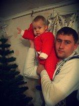 Папа с дочей наряжают елочку!