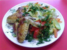 Крылья в маринаде карри и теплый салат