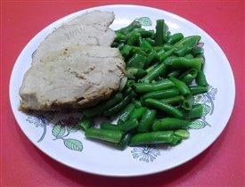 Запеченная свинина и зеленая фасоль