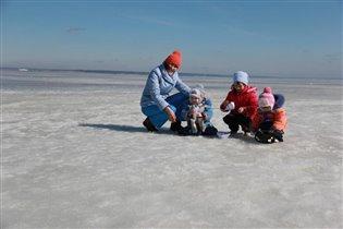 Хотели на Волге кораблики пустить... а там еще лед