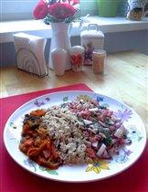 Говядина тушеная с овощами, дикий рис и салат