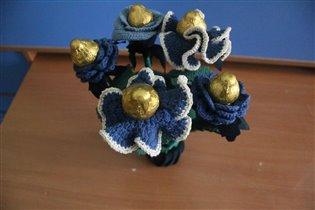 Букет с конфетами из вязаных цветов