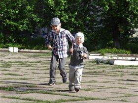 Веселая прогулка с братиком!