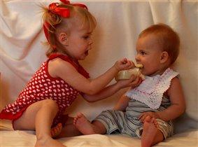 Ложечку за маму, ложечку за папу, и за сестренку!