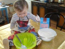 В первый раз испечь помог маме вкусный я пирог!