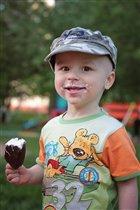 Маленький, но очень большой любитель мороженого =)