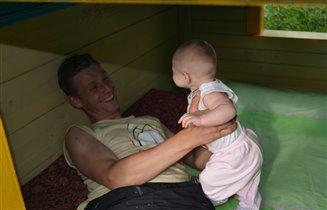 папа с Аленкой в домике