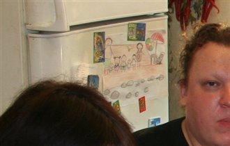 Рисунок Семья на море на холодильнике.