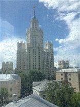Высотка Москвы плачет под дождем...