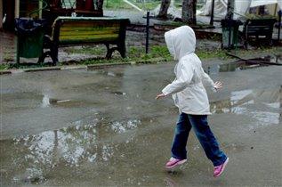 Дождик, я бегу по лужам, мне никто не нужен...