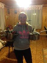 Даша с кухонной утварью