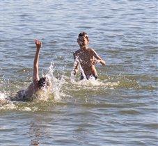А в воде, веселее вдвойне
