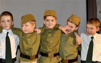 Смотр военной песни, школьные товарищи
