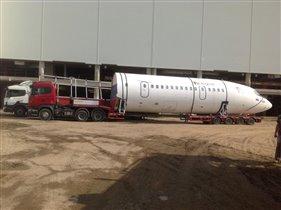 Грузовик привез половину самолета в 'Кидзанию'