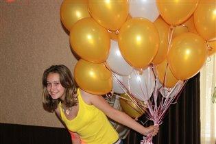 Яркая девочка с яркими шарами!