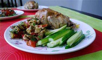 цыпленок на гриле, салат из баклажанов и овощи