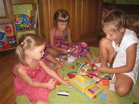 Мы с подружками играли и игрушки продавали!
