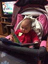 Алиюша читает пока мама с папой спят((((
