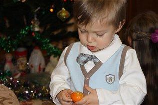 Сашка чистит мандаринку