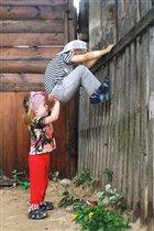 Летняя забава - лезть через забор И сестра поможет