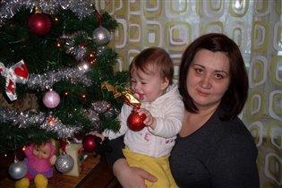 Посмотрим, что Дед Мороз положил нам под елочку.