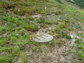 Швейцария, люк для стока воды в чистом поле