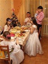 Семья собралась за Новогодним столом