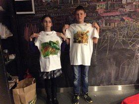 Внук и дочка на мастерклассе рисунок на ткани