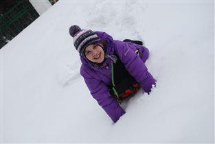 Хорошо в снегу валяться!