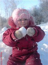 Девочка со снежком.