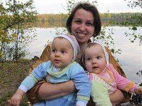 Уля, Петя и мама.
