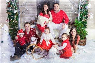 Семья в ожидании новогоднего чуда!