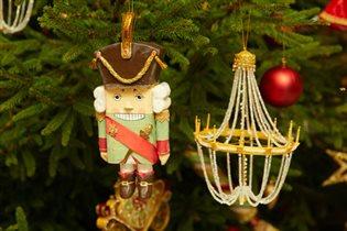 Новогодние игрушки на елку: чем украшены елки лучших отелей