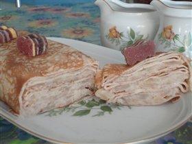 Разрез блинного пирога с яблоками