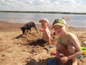 Дети, собака и пляж.