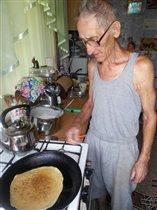 Наш дедуля-мастер блинов!