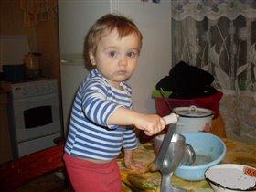 Шеф-повар наш сыночек! Накормит всю семью.