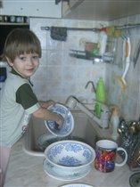 Посмотри-ка мам, я посуду мою сам.