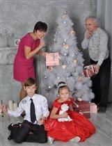 Все праздники отмечаем всей семьей.