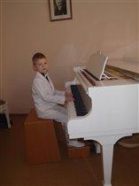 Я точно знаю - подрасту, и пианистом стану.