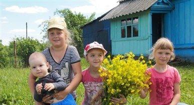 Мишаня в деревне с подругами .