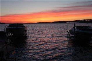 Солнечный закат на озере