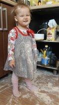 Дарья помогает готовить