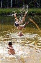 И взрослые и дети любят дурачиться в воде))