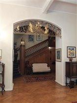 Вид на лестницу из столовой