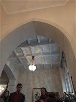Стрельчатая арка между прихожей и вестибюлем
