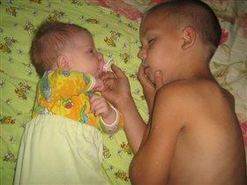 Старший брат укладывал младшего и сам уснул))))